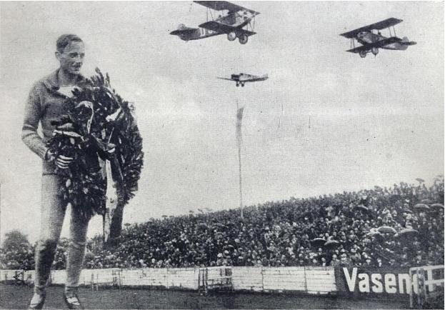 Die Ehrung Dr. Pelzer für seine großen Erfolge im Leipziger Wacker Stadion